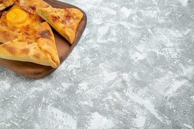 Vooraanzicht gesneden eiergebakje gebakken brood op een witte ruimte