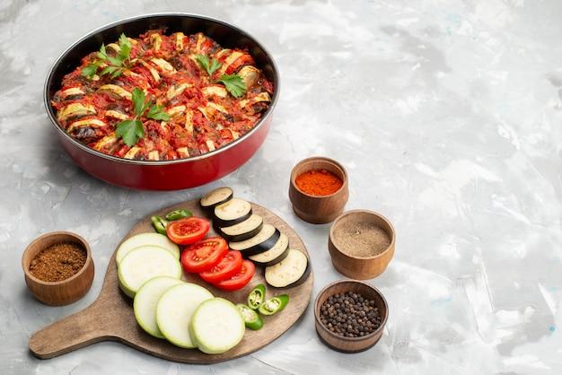 Vooraanzicht gesneden groenten zoals tomaten en aubergines vers