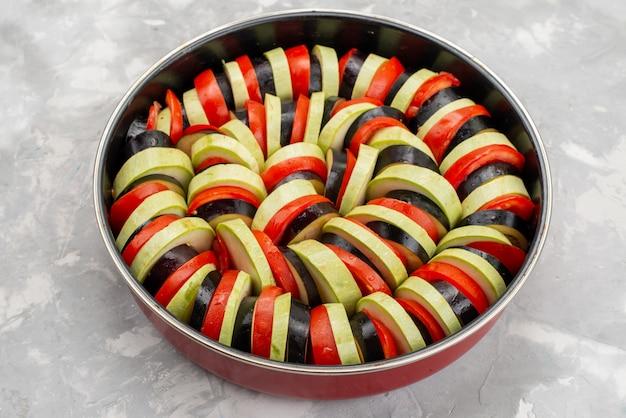 Vooraanzicht gesneden groenteschotel gekookt en smakelijk in pan ¡