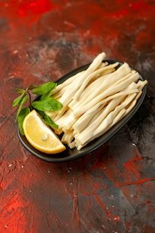 Vooraanzicht gesneden kaas met stuk citroen binnen plaat op donkere fruitmaaltijd snack kleurenfoto voedsel