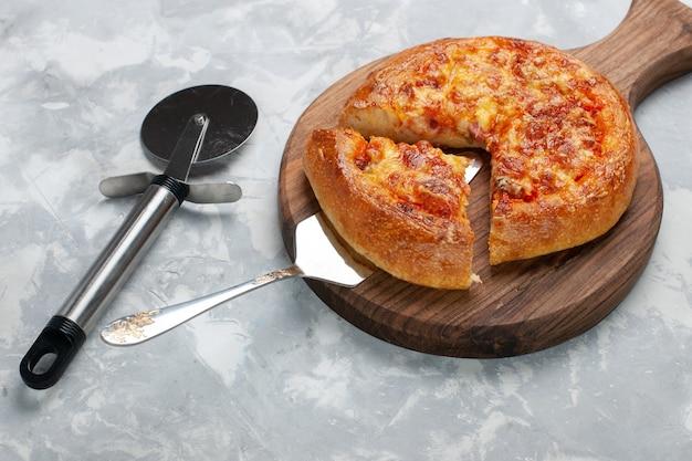 Vooraanzicht gesneden pizza gebakken met kaas op licht wit