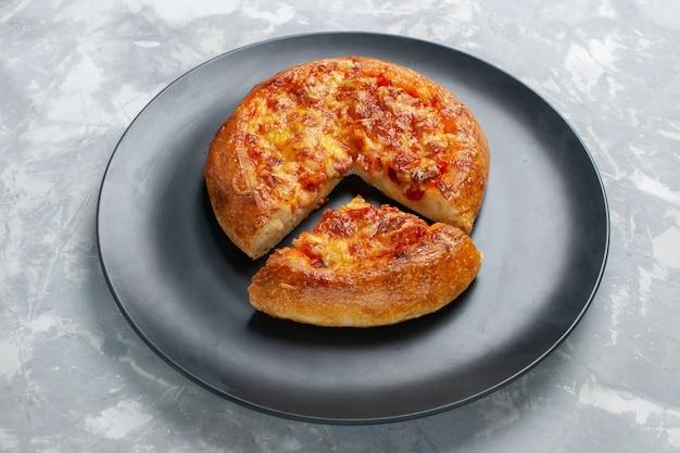 Vooraanzicht gesneden pizza gebakken met kaas op wit
