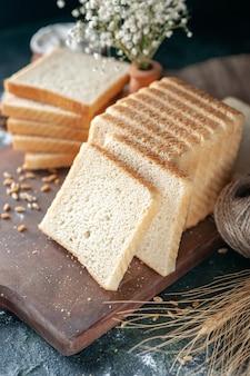 Vooraanzicht gesneden wit brood op donkere achtergrond broodje deeg bakkerij thee eten brood ochtend gebak