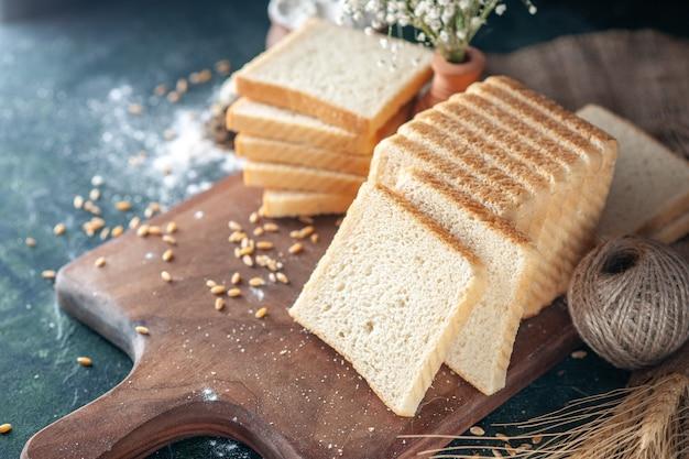 Vooraanzicht gesneden wit brood op donkere achtergrond broodje deeg bakkerij thee eten ontbijt ochtend gebak