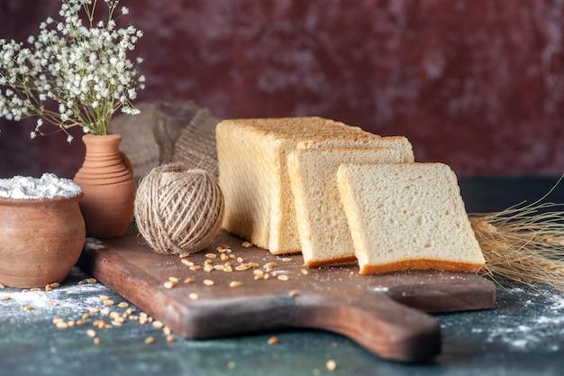 Vooraanzicht gesneden wit brood op donkere achtergrond broodje deeg bakkerij thee ochtend gebak eten ontbijt brood