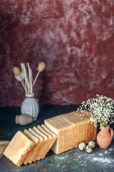 Vooraanzicht gesneden wit brood op donkere achtergrond thee ontbijt eten cake gebak broodje ochtend brood bakkerij