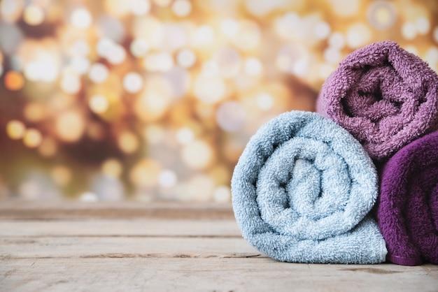 Vooraanzicht gestapelde handdoeken met bokehachtergrond