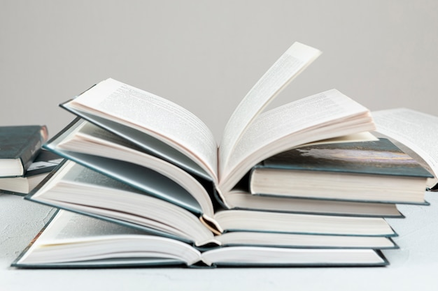Vooraanzicht gestapelde open boeken