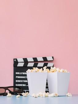 Vooraanzicht gezouten popcorn dozen op tafel