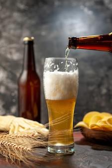 Vooraanzicht glas beer met cips en kaas op een lichte wijn foto alcohol drinken snack kleur