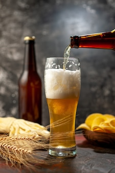 Vooraanzicht glas beer met cips en kaas op licht bureau wijn foto alcohol drinken snack kleur
