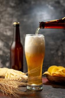 Vooraanzicht glas beer met cips en kaas op lichte wijn alcohol drinken snack kleur