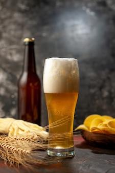 Vooraanzicht glas beer met cips en kaas op lichte wijn foto alcohol snack kleur