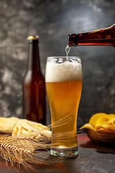 Vooraanzicht glas beer met cips fles en kaas op lichte wijn foto alcohol drinken kleur