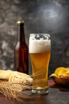 Vooraanzicht glas beer met cips fles en kaas op lichte wijn foto alcohol drinken snack kleur
