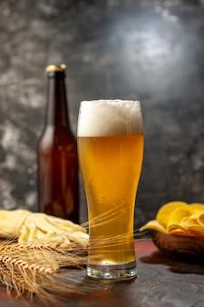 Vooraanzicht glas beer met cips fles en kaas op lichte wijn foto drankje snack kleur alcohol