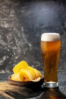 Vooraanzicht glas beer met cips op donkere foto alcohol drinken kleur wijn snack