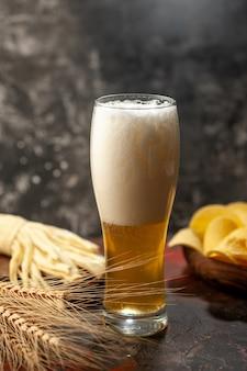 Vooraanzicht glas beer met cips op lichte wijn foto alcohol drankje snack kleur