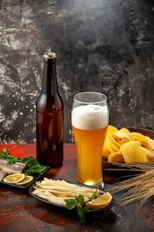 Vooraanzicht glas beer met kaas cips en vis op lichte snack wijn foto kleur alcohol