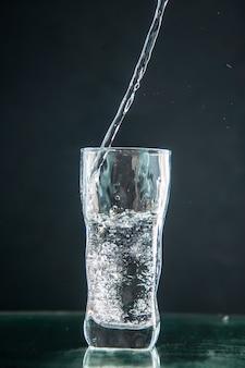 Vooraanzicht glas frisdrank op donkere drank foto kleur champagne xmas water