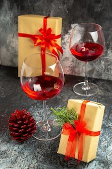 Vooraanzicht glazen wijn geschenken op donkere achtergrond