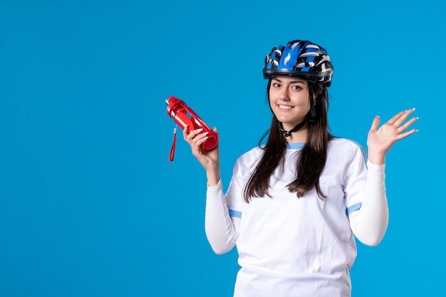 Vooraanzicht glimlachend jong wijfje in sportkleren met helm