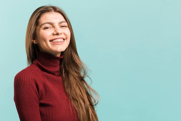 Vooraanzicht glimlachende vrouw in studio