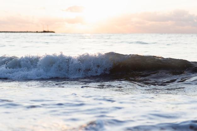 Vooraanzicht golven bij zonsondergang