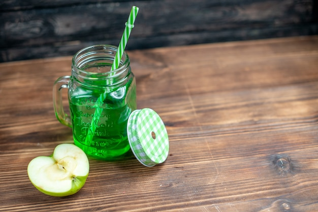 Vooraanzicht groen appelsap in blik met verse appelschijf op donkere fruitdrank foto cocktailbar kleur
