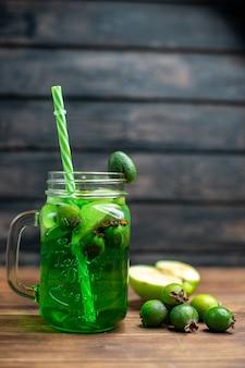 Vooraanzicht groen feijoa sap met verse feijoas op donkere bar fruit kleurenfoto cocktaildrankje