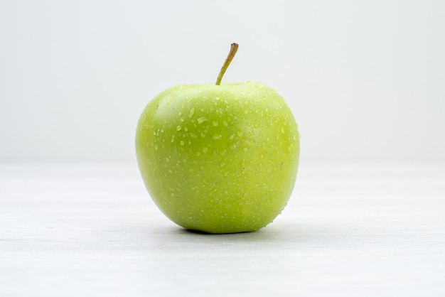 Vooraanzicht groene appel vers fruit op wit oppervlak fruitboom zomer vitamine