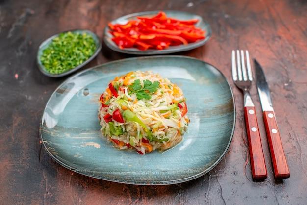 Vooraanzicht groentesalade met greens en gesneden paprika op donkere achtergrond rijpe kleur maaltijd keuken eten gezond leven dieet