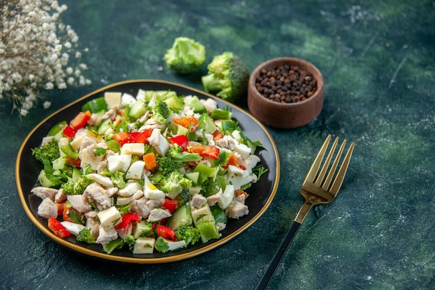 Vooraanzicht groentesalade met kaas op donkerblauw oppervlak maaltijd kleur gezondheid lunch keuken vers dieet restaurant eten
