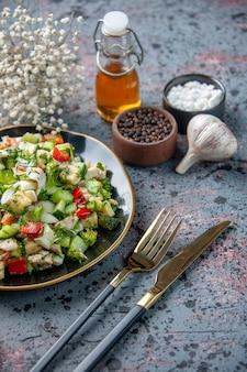 Vooraanzicht groentesalade met kruiden en knoflook op donkere ondergrond eten restaurant verse keuken kleur dieet gezondheid