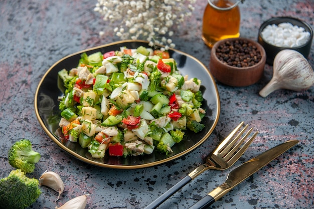 Vooraanzicht groentesalade met kruiden en knoflook op donkere ondergrond eten restaurant verse keuken kleur lunch dieet gezondheid