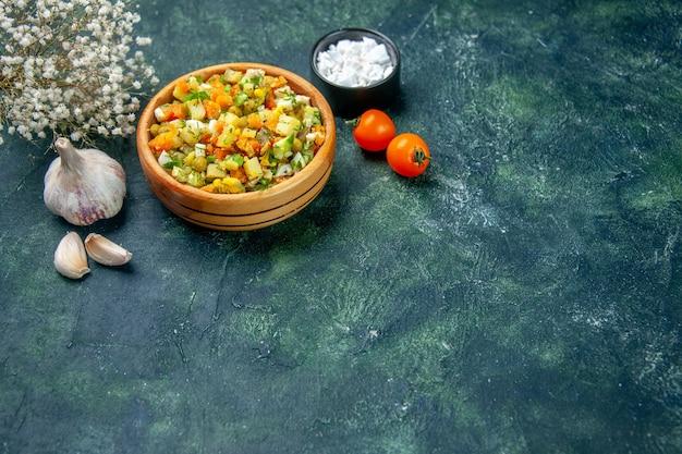 Vooraanzicht groentesalade van gekookte groenten gemengd binnen ronde plaat op donkere achtergrond