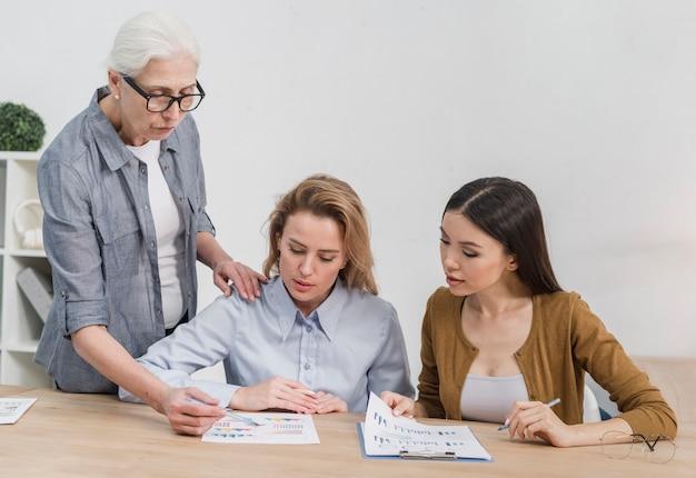 Vooraanzicht groep vrouwen samen te werken