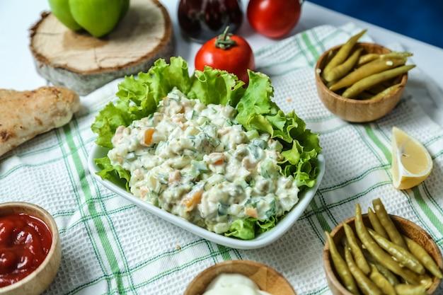Vooraanzicht grootstedelijke salade met ketchup en mayonaise tomaten en paprika's op tafel