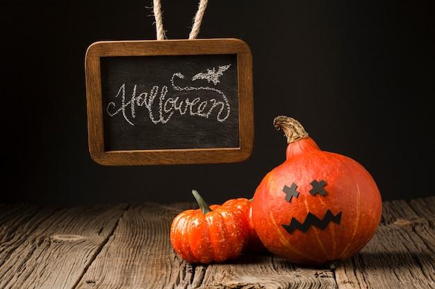 Vooraanzicht halloween-pompoenen met model