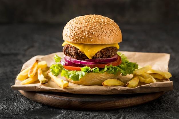 Vooraanzicht hamburger en frietjes op plaat