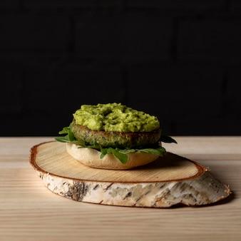 Vooraanzicht hamburgerpasteitje met guacamole