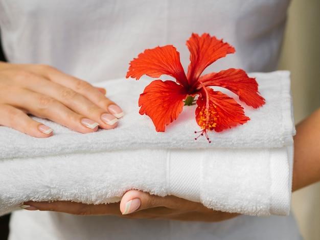 Vooraanzicht handdoek met bloem bovenop