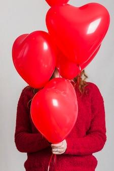 Vooraanzicht hart ballon die vrouw gezicht