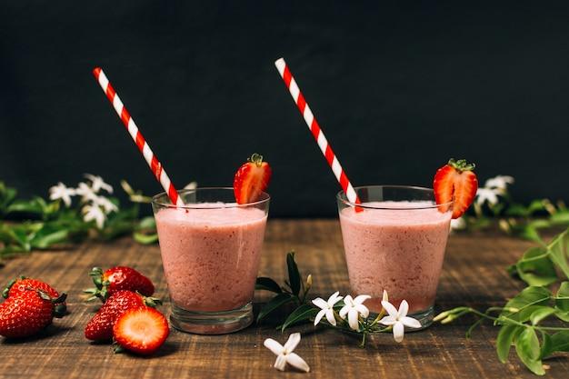 Vooraanzicht heerlijke aardbeien smoothies
