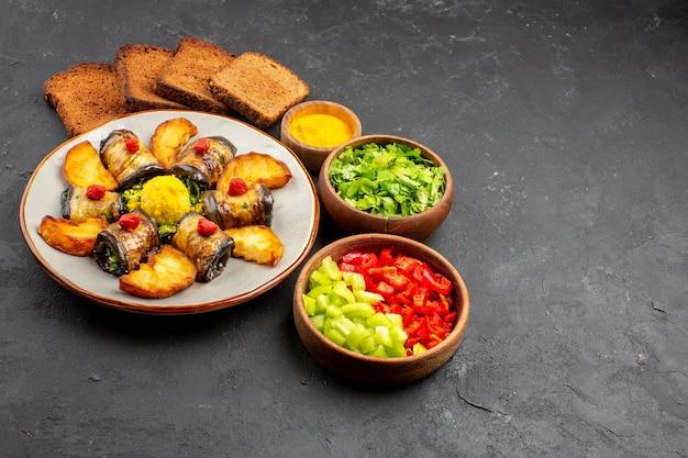 Vooraanzicht heerlijke aubergine rolt gekookte schotel met gebakken aardappelen en brood op donkere achtergrond schotel koken voedsel aardappel bak bakken