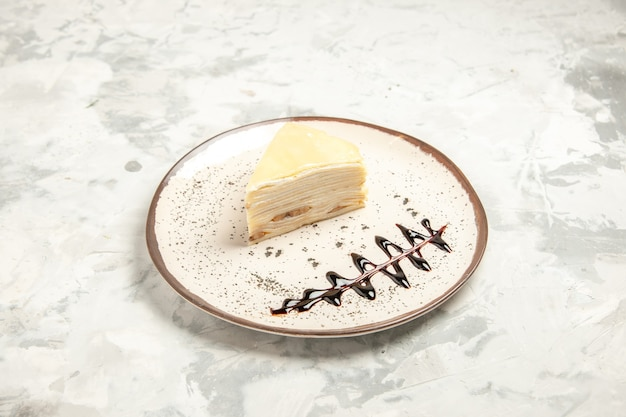 Vooraanzicht heerlijke cake slice binnen plaat op witte achtergrond dessert zoet koekje ijs cake cookie thee taart