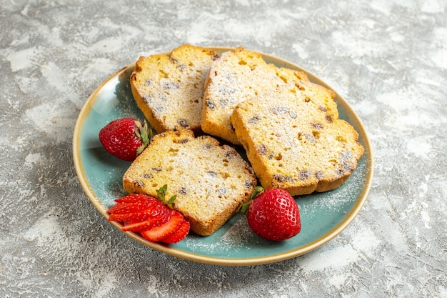 Vooraanzicht heerlijke cakeplakken met fruit op lichte zoete fruitcake van de oppervlaktetaart