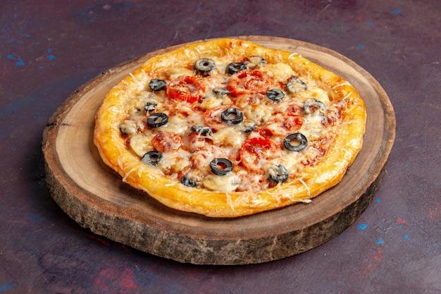 Vooraanzicht heerlijke champignonpizza gekookt deeg met kaas en olijven op donkere oppervlakte maaltijd pizza italiaans voedseldeeg