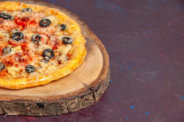 Vooraanzicht heerlijke champignonpizza gekookt deeg met kaas en olijven op een donkere ondergrond maaltijd pizza eten deeg italiaans