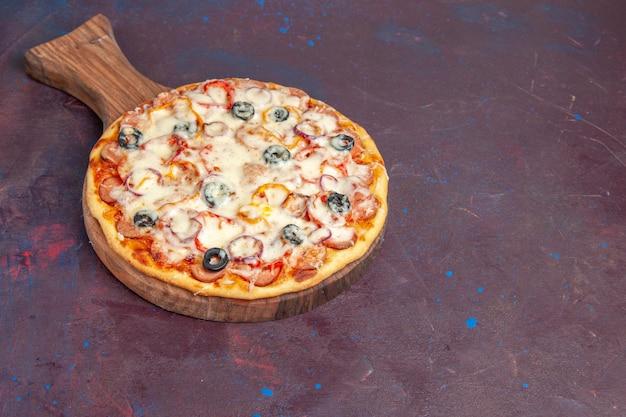 Vooraanzicht heerlijke champignonpizza met kaasolijven en tomaten op het donkerpaarse oppervlak italië maaltijddeeg pizza eten